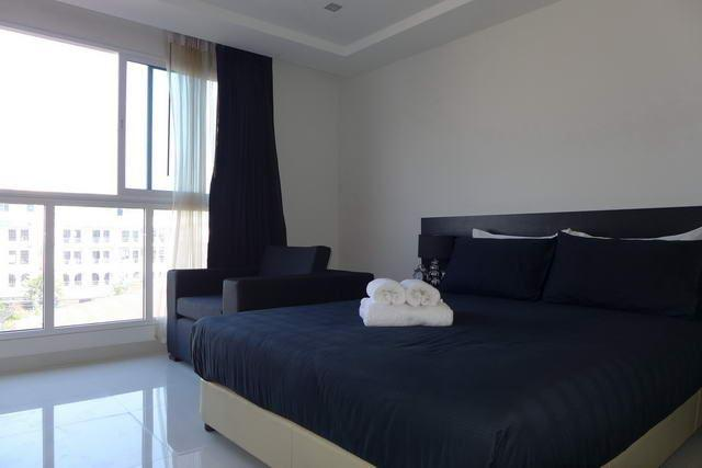 Condominium For Sale South Pattaya showing the bed area