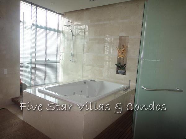 Condominium for rent on Pattaya Beach at Northshore showing the jacuzzi bath tub