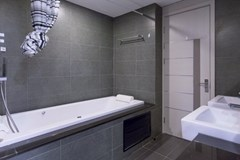 Condominium for rent Pattaya showing the bathroom with bathtub