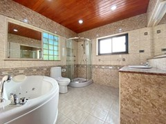 House for rent Pattaya Mabprachan showing the master bathroom