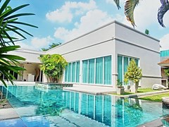 House for Sale at The Vineyard Pattaya showing the house and pool