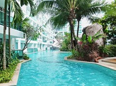 Condominium for rent Jomtien Pattaya showing the communal pool and buildings