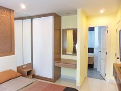 Condominium for rent Jomtien Pattaya showing the master bedroom suite