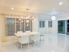 House for rent East Pattaya showing the dining area with pool view