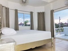 House for rent East Pattaya showing the master bedroom with balcony
