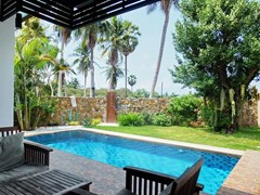 House for rent Huay Yai Pattaya showing the garden and pool