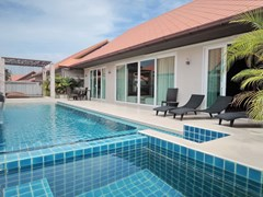 House for rent East Jomtien showing the pool and house