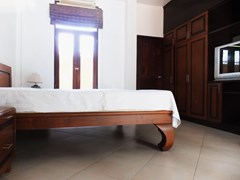 House for rent Mabprachan Pattaya showing a bedroom with built-in wardrobes