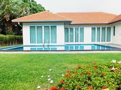 House for rent Mabprachan Pattaya showing the garden