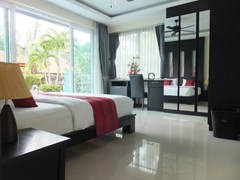 House for rent Mabprachan Pattaya showing the master bedroom with built-in wardrobes