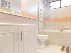 House for sale East Pattaya showing the bathroom with bathtub