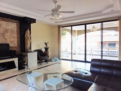 House for sale East Pattaya showing the living area