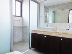 House for sale Pattaya Bangsaray showing the master bathroom