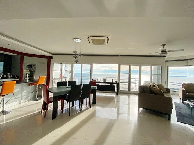 Condominium for sale Ban Amphur showing the open plan concept