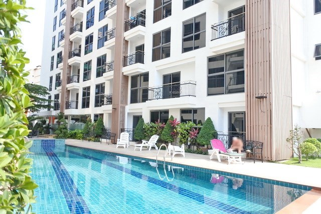 Condominium for sale Pratumnak Hill Pattaya showing the communal pool and building