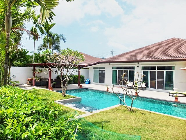 House for sale Huay Yai Pattaya showing the house, garden and pool