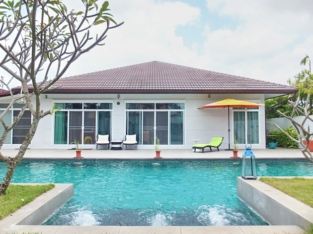 House for sale Huay Yai Pattaya showing the pool and Jacuzzi