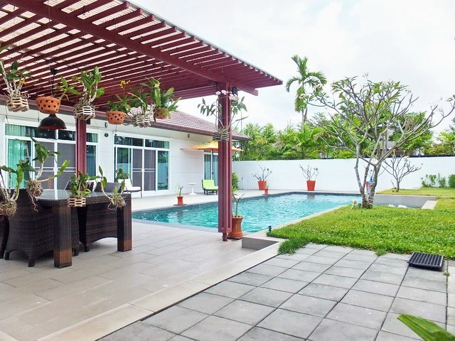 House for sale Huay Yai Pattaya showing the terrace and garden