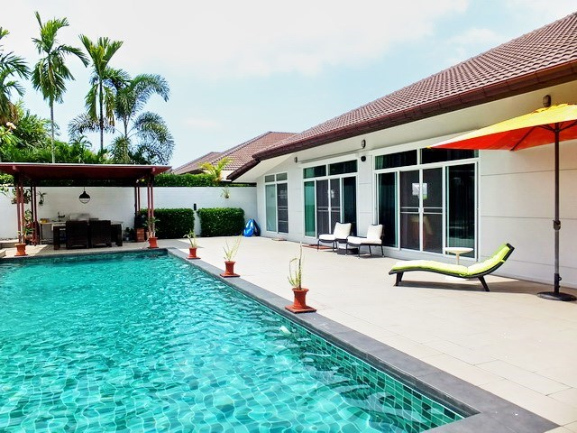 House for sale Huay Yai Pattaya showing the house, terrace and pool