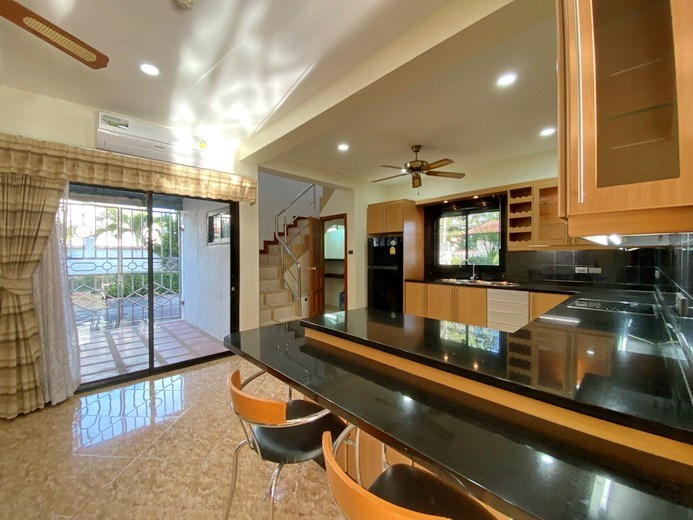 House for rent Pattaya Mabprachan showing the kitchen and breakfast bar