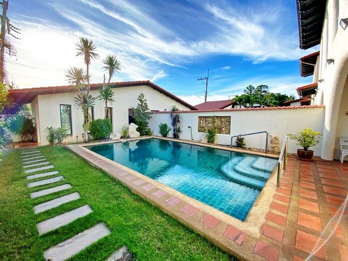 House for rent Pattaya Mabprachan showing the garden and pool