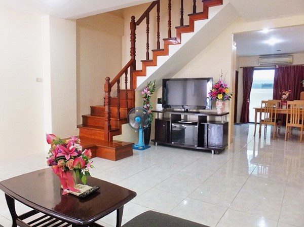 House for sale Pratumnak Pattaya showing the living and dining areas