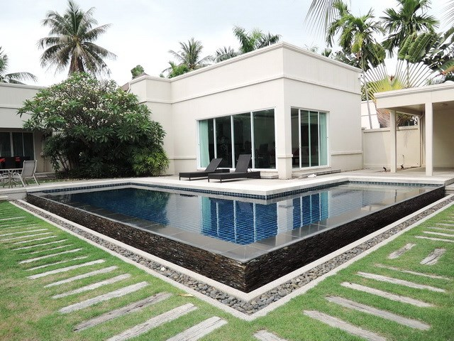 House for rent at Pattaya The Vineyard showing the house and swimming pool