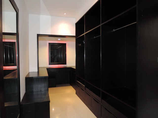 House for rent at Pattaya The Vineyard showing the master bedroom walk-in closet