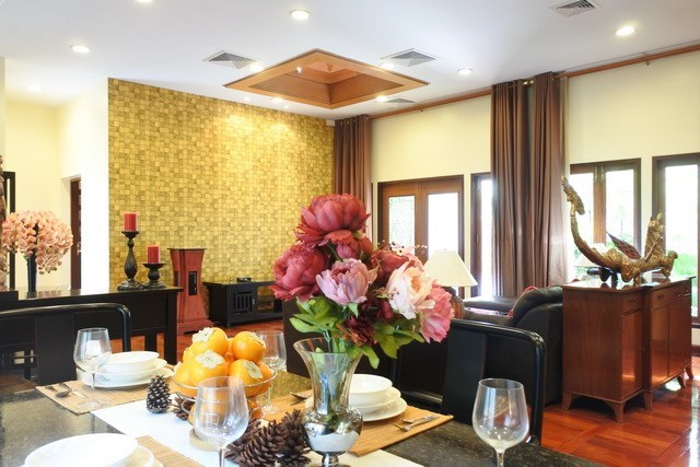 House for sale at Na Jomtien showing the dining and living areas