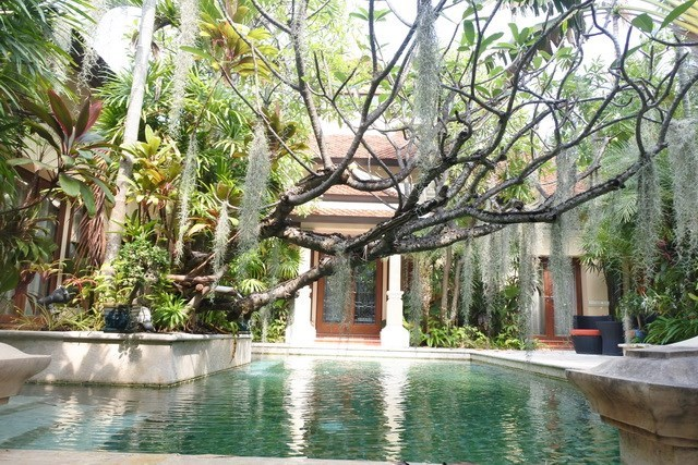 House for sale at Na Jomtien showing the pool and house