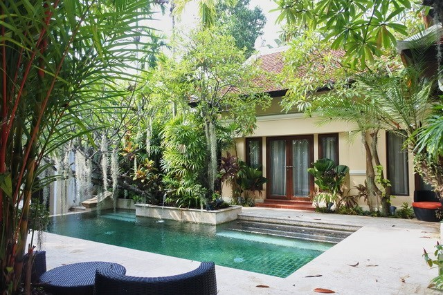 House for sale at Na Jomtien showing the pool and  terraces