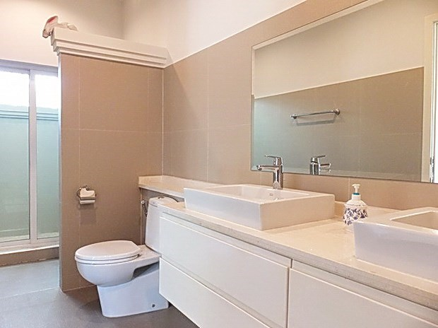 House for Sale at The Vineyard Pattaya showing the master bathroom
