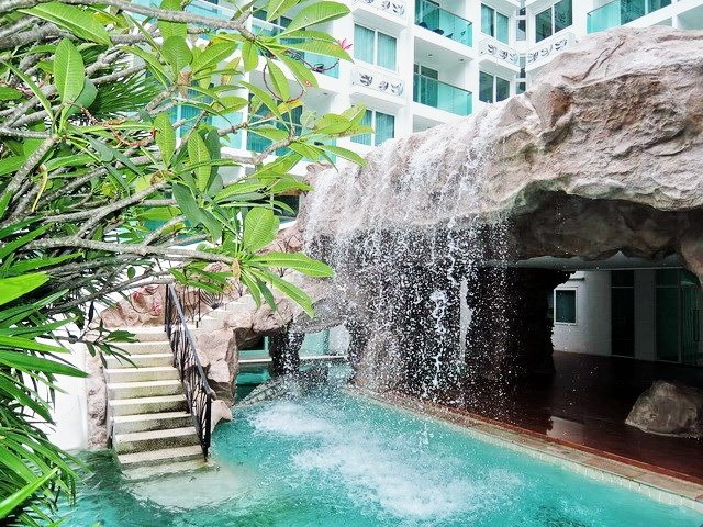 Condominium for rent Jomtien Pattaya showing the communal swimming pool