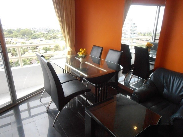 Condominium for rent Jomtien showing the dining and living area