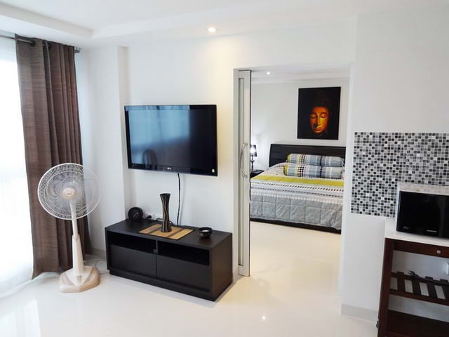 Condominium for rent South Pattaya looking towards the bedroom