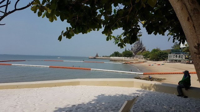 Condominium for sale Wongamat Pattaya showing the Wongamat beach