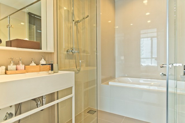 Condominium for sale Wongamat Pattaya showing the master bathroom