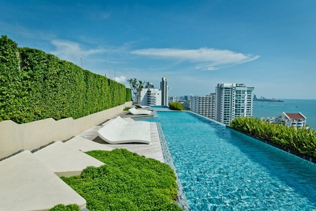 Condominium for sale Wongamat Pattaya showing the roof top swimming pool