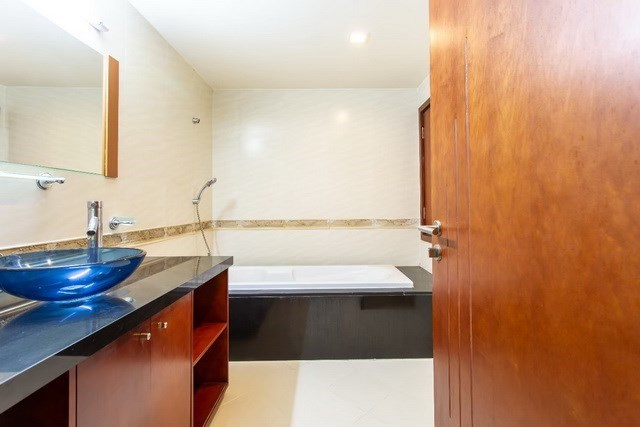 Condominium for sale Pattaya showing the bathroom with bathtub