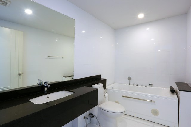 Condominium For Sale Pattaya showing the master bathroom