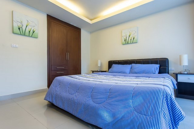 Condominium for sale Pattaya showing the master bedroom and built-in wardrobes