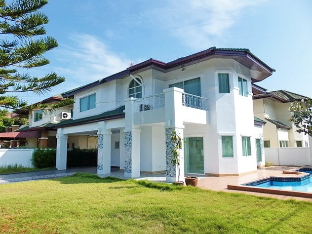 House for rent East Pattaya showing the house, terraces and pool