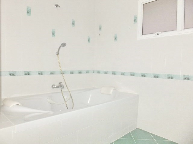 House for rent East Pattaya showing the bathroom with bathtub