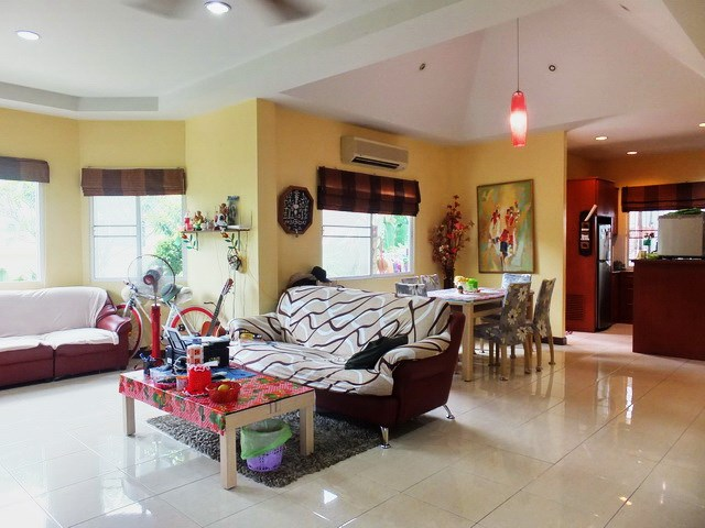 House for rent East Pattaya showing the living,dining and kitchen