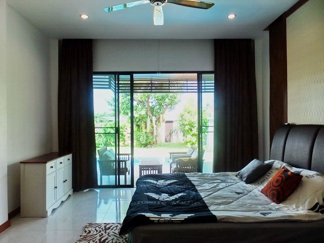 House for rent Huay Yai Pattaya showing the master bedroom pool view