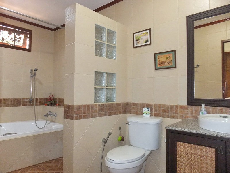 House for rent Bangsaray Pattaya showing the master bathroom with bath tub
