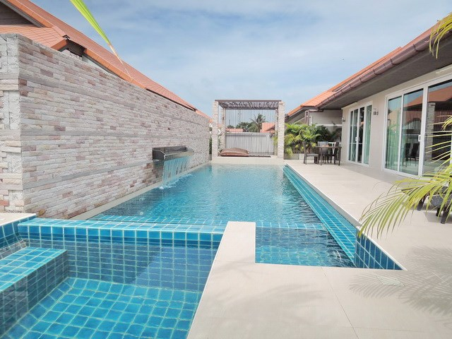 House for rent East Jomtien showing the large private pool