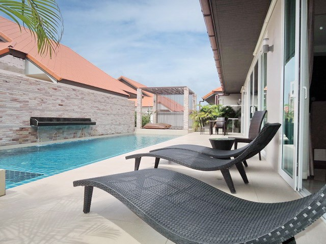 House for rent East Jomtien showing the terrace and pool
