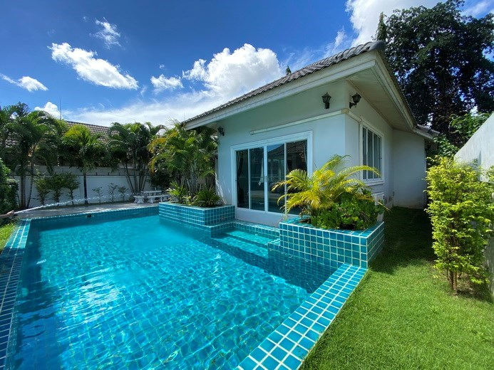 House for rent East Pattaya showing the house, garden and pool