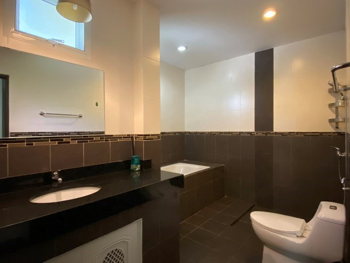 House for rent East Pattaya showing the master bathroom with bathtub